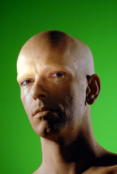 Paris, le 12 avril 2007, chez Thomas Landhos, comédien chanteur préparatifs de coiffure et maquillage pour son premier clip, sous le pseudo Sunny Hardon - Helder Januario